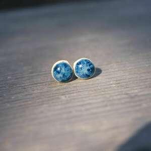 gliniana koniczynka ceramiczne niebieskie kolczyki sztyfty kropeczki