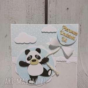 zaproszenie kartka panda z drewnianym napisem - panda, kokarda, uroziny, narodziny