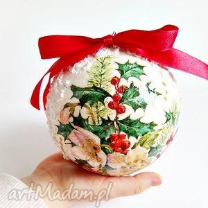 ręczne wykonanie dekoracje bombka decoupage - ostrokrzew i śnieg