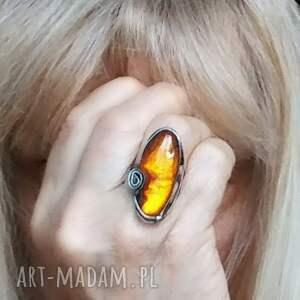 bursztynowy pierścień z niezwykłej ciekawej bryłki bursztynu bałtyckiego