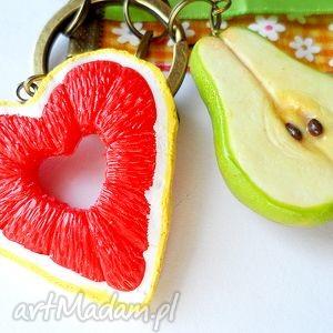 wyjątkowy prezent, gruszka i grejpfrut, fimo, modelina, owoce, brelok