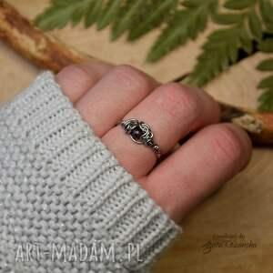 mini pierścionek z granatem ze stali chirurgicznej, pierścionek, regulowany