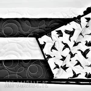 skandynawska biało czarna narzuta z pomponami