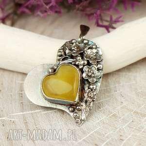 handmade wisiorki bursztynowe serce w kwiatach a686
