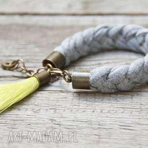 hand-made szara bawełniana bransoletka z chwostem, biżuteria na lato
