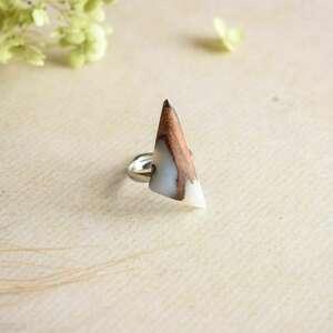 delikatny pierścionek z białej żywicy i drewna, regulowany