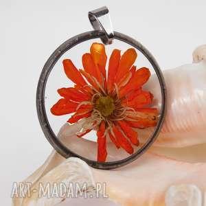 z1303 naszyjnik z suszonymi kwiatami , herbarium jewelry, kwiaty w żywicy