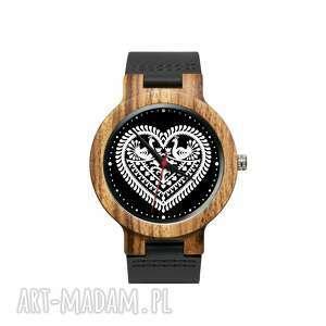Drewniany zegarek na czarnym pasku z grafiką kocham kurpie