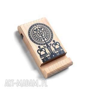 Drewniany stojak pod telefon z grafiką kurpie ludowelove ludowy