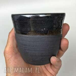 kubek ręcznie robiony, toczony na kole, z czarnej gliny