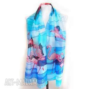 ręczne wykonanie chustki i apaszki szalik flamingi ręcznie malowany na jedabiu w różowe egzotyczne ptaki na niebieskim tle