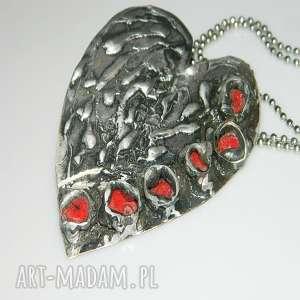 Serce z koralem, wisior, wisior-serce, unikatowa-biżuteria, unikatowe-serce, mosiądz