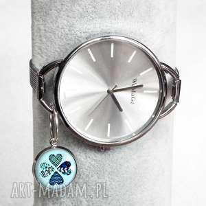 modny elegancki srebrny zegarek, duzy, duży, zawieszki, koniczynka, zawieszkami