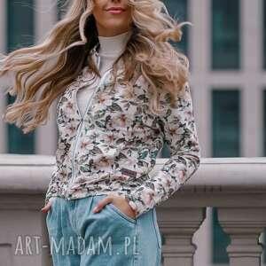 bluzy biała damska bomberka z nadrukiem w róże, lekka dzianinowa wiosenna kurtka