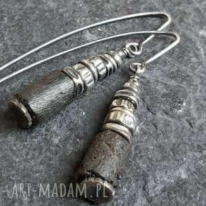 kolczyki srebrne z bursztynem, metaloplastyka, srebro oksydowane, bursztyn