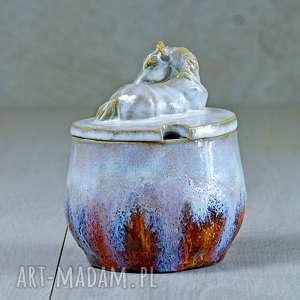 Urocza cukiernica z figurką konia pomarańcz na prezent ceramika