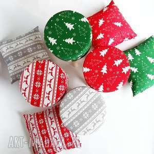 pomysł na prezent święta Pokrowiec Fjerne czerwona choinka, dom, stołek, puf