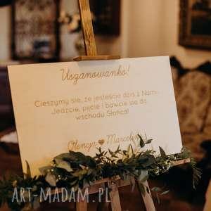drewniana, grawerowana tablica witająca gości, tablica, sztaluga, drewniane