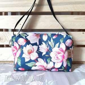 na ramię torebka listonoszka magnolia, w kwiaty, motyw roslinny, prezent
