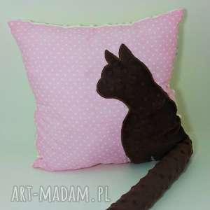 poduszki poduszka z kotem i ogonem 3d brązowy kot na różowym tle, poduszka-z-kotem