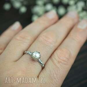 srebrny pierścionek z perłą i różami, pierscionek białym oczkiem