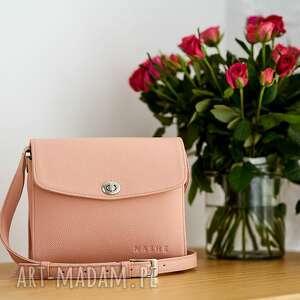 torebki różowa torebka skórzana typu listonoszka, szyta ręcznie w polsce, mała