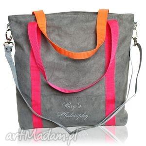 szara zamszowa torba na ramię z różowymi i pomarańczowymi paskami, kolor