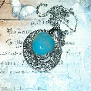 ręcznie robione wisiorki okrągły wisior z osadzonym niebieskim agatem