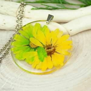 naszyjnik z suszonymi kwiatami, medalion kwiatem, kwiaty w żywicy z324
