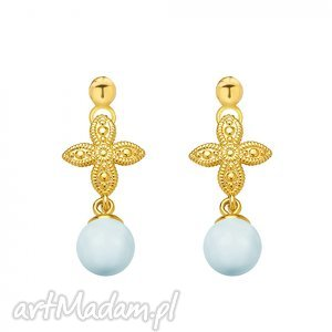 złote kolczyki z rozetką i niebieską perłą
