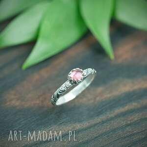 srebrny pierscionek z różowym turmalinem i zdobiona obrączka, pierścionek
