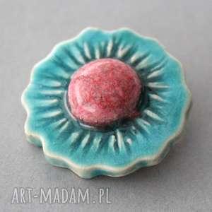 handmade pomysł na świąteczny prezent kwiat-broszka ceramiczna