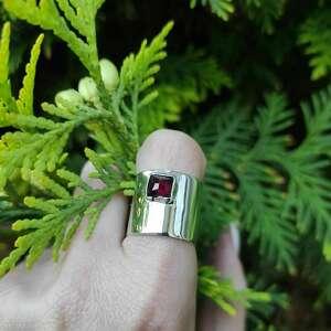 Srebrny pierścionek z granatem angry cat granat, surowy, srebro