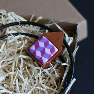 Naszyjnik w fioletcie , naszyjnik, drewno, mahoń, fiolet, rzemień, geometryczne