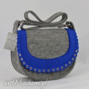 na ramię torebka listonoszka z niebieską falbanką i oczkami kaletniczymi