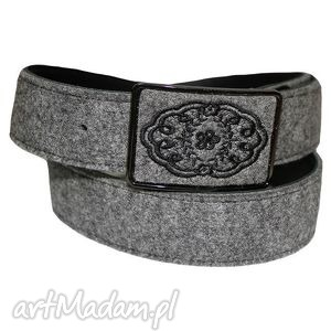 Galadea: haft koronki na klamrze filcowego paska, pasek, filc