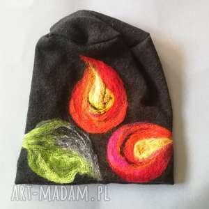 czapka wełniana filcowana czarna zimowa handmade w kwiaty na podszewce, wełna