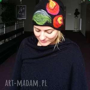 czapka wełniana filcowana czarna zimowa handmade w kwiaty na podszewce,