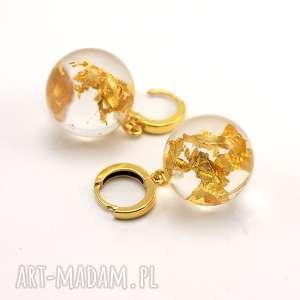 kolczyki z żywicy płatkami złota, pozłacane, żywica, złoto, eleganckie, wystawne