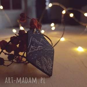 drewniany wisior grawerowany, moonlight minimalist art - jezioro, góry, las, folk