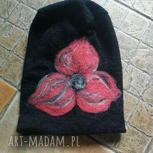 Ruda Klara: czapka handmade wełniana z kwiatem-czesanką filcowane czapki wełniane -czapka