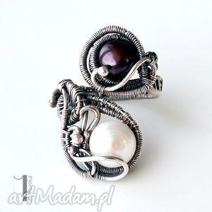 monochrome - pierścionek z perłami