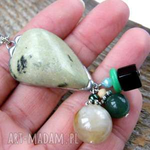 Kolorowy wisior z łańcuszkiem: zielen czernią, wisiorek, kamienie-naturalne