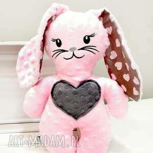 różowy królik z minky maskotka dla dziecka zając sercem i uszami