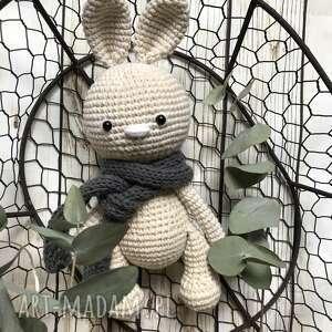 Szydełkowy króliczek w szaliczku maskotki miedzy motkami