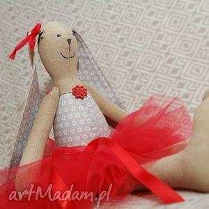 baletnica w czerwonej spódnicy, baletnica, tutu, królik, roczek, zając, maskotka