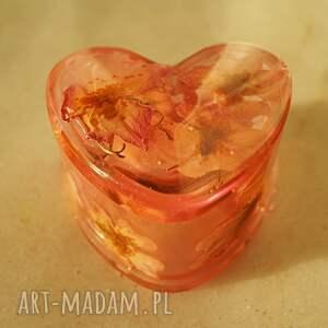 serce dzikiej róży - puzderko z kwiatów dzikiej róży
