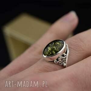asymetryczny pierścionek z zielonym bursztynem srebro