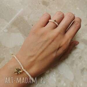 komplet biżuterii składający się z bransoletki i pierścionka - koniczyna