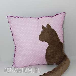 poduszki poduszka z kotem i ogonem 3d brązowy kot na różu fiolet, poduszka-z-kotem